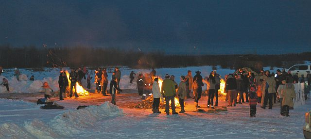 McLennan families and community members enjoying the Robin Hood themed Family Day bonfire at the lakeshore.