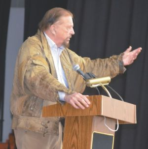 Gwynne Dyer addresses students, public at Georges P. Vanier about world affairs